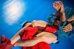 O lutador do homem faz a luta romana da submissão fotografia de stock
