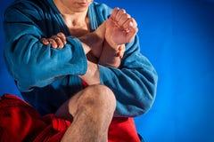 O lutador do homem faz a luta romana da submissão imagens de stock