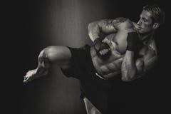 O lutador do Muttahida Majlis-E-Amal que pratica algum retrocede com saco de perfuração Imagem de Stock