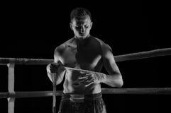 O lutador está no canto do anel e põe as ataduras o fotografia de stock royalty free