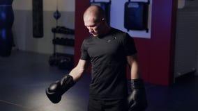 O lutador faz exercícios, aquece os músculos em seus braços e prepara-se para a batalha, movimento lento filme