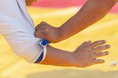 O lutador guarda sua mão para o quimono do oponente fotografia de stock