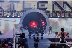 O lutador Sting Stands de WWE no anel como H triplo faz a sagacidade da entrada Imagem de Stock
