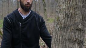 O lutador treina um perfurador e bate seus punhos na árvore filme