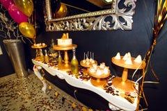 O luxo à moda decorou a barra de chocolate com bolo e champa da geada Imagens de Stock Royalty Free