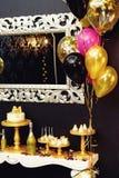 O luxo à moda decorou a barra de chocolate com bolo e champa da geada Fotos de Stock