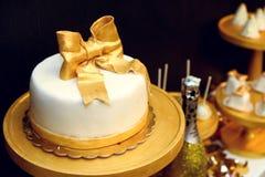 O luxo à moda decorou a barra de chocolate com bolo e champa da geada Imagens de Stock