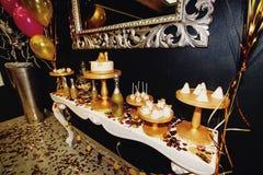O luxo à moda decorou a barra de chocolate com bolo e champa da geada Fotografia de Stock