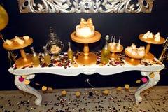 O luxo à moda decorou a barra de chocolate com o bolo da geada no gol Imagem de Stock