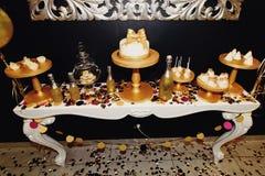 O luxo à moda decorou a barra de chocolate com o bolo da geada no gol Fotos de Stock