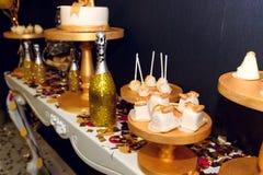 O luxo à moda decorou a barra de chocolate com os queques da geada no Fotografia de Stock Royalty Free