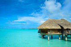 O luxo cobriu com sapê o bungalow da lua de mel do telhado Fotografia de Stock Royalty Free
