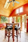 O luxo vaulted a sala de jantar de madeira do teto Imagens de Stock