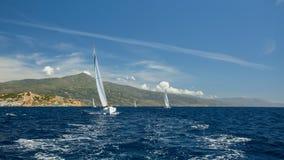 O luxo yachts a regata no mar sailing fotos de stock royalty free