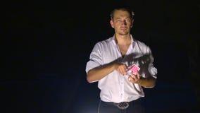 O mágico europeu do close up mostra truques de cartão video estoque