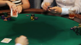O mágico mostra um truque com um lenço vermelho vídeos de arquivo