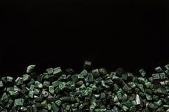 O mármore verde esmagado no fundo preto, verde guatemala Fotos de Stock Royalty Free