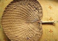 O Mão-sopro fez do do bambu situado em uma tela dourada Foto de Stock