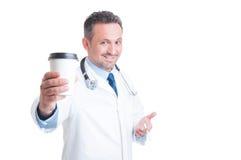 O médico ou o doutor que têm o café e o cigarro quebram Imagem de Stock Royalty Free