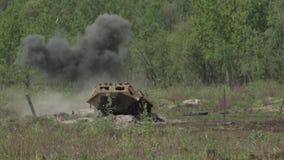 O míssil bate o alvo vídeos de arquivo