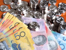O múltiplo cinqüênta notas do dólar australiano na parte dianteira de uma pilha do brilho inventa imagens de stock