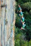 O múltiplo continua o tiro do montanhista de rocha de queda Foto de Stock Royalty Free