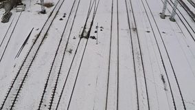 O múltiplo eletrificou trilhas railway e interruptores na neve Silhueta do homem de negócio Cowering vídeos de arquivo