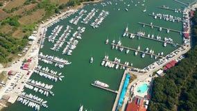 O múltiplo estacionou barcos, barcos a motor e veleiros em cais do porto vídeos de arquivo