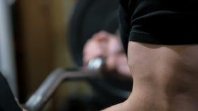 O músculo de bombeamento do halterofilista no gym, faz a aptidão vídeos de arquivo