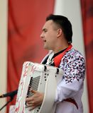 O músico-acordeonista Dmitry Khramkov do russo fala na celebração de Victory Day Foto de Stock Royalty Free