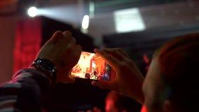 O músico ajusta o som no orador vídeos de arquivo
