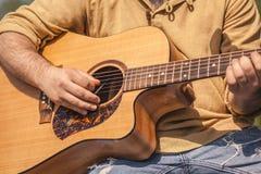 O músico do balancim joga a guitarra clássica fotografia de stock royalty free