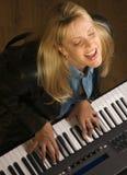 O músico fêmea executa Imagens de Stock Royalty Free
