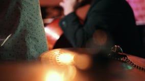 O músico joga o contrabaixo, nos cilindros do musical do primeiro plano video estoque