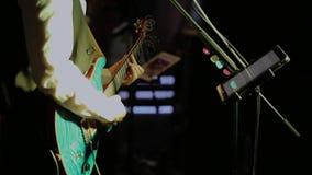 O músico joga a guitarra vídeos de arquivo