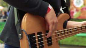 O músico joga a guitarra-baixo video estoque