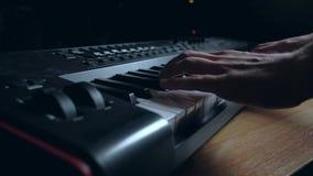 O músico joga um teclado de MIDI video estoque