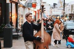 O músico no mercado da estrada de Portobello, Londres, o Reino Unido Fotografia de Stock Royalty Free