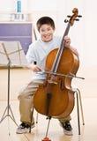 O músico pratica executar no violoncelo fotos de stock