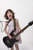 O músico talentoso joga a guitarra Imagem de Stock