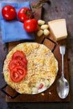 O macarrão do queijo coze com tomates foto de stock
