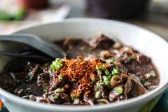 o macarronete com mistura de sopa do sangue do porco com carne de porco e vegetal Fotos de Stock