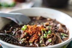 o macarronete com mistura de sopa do sangue do porco com carne de porco e vegetal Fotografia de Stock