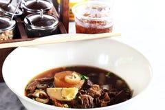 O macarronete de arroz rola na sopa crocante da carne de porco Imagem de Stock Royalty Free
