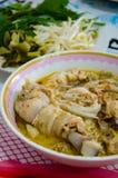 O macarronete ou kanomjeen com galinha Fotografia de Stock