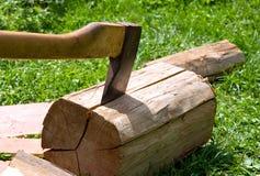 O machado corta a madeira. imagem de stock royalty free