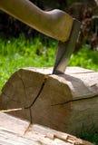 O machado corta a madeira. fotos de stock royalty free
