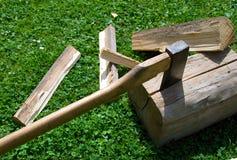 O machado corta a madeira. imagens de stock