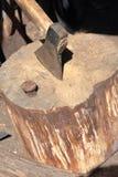 O machado ? martelado em uma plataforma de madeira fotos de stock royalty free