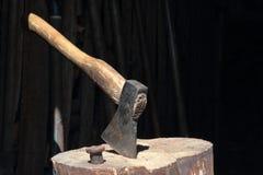 O machado ? martelado em uma plataforma de madeira fotografia de stock royalty free